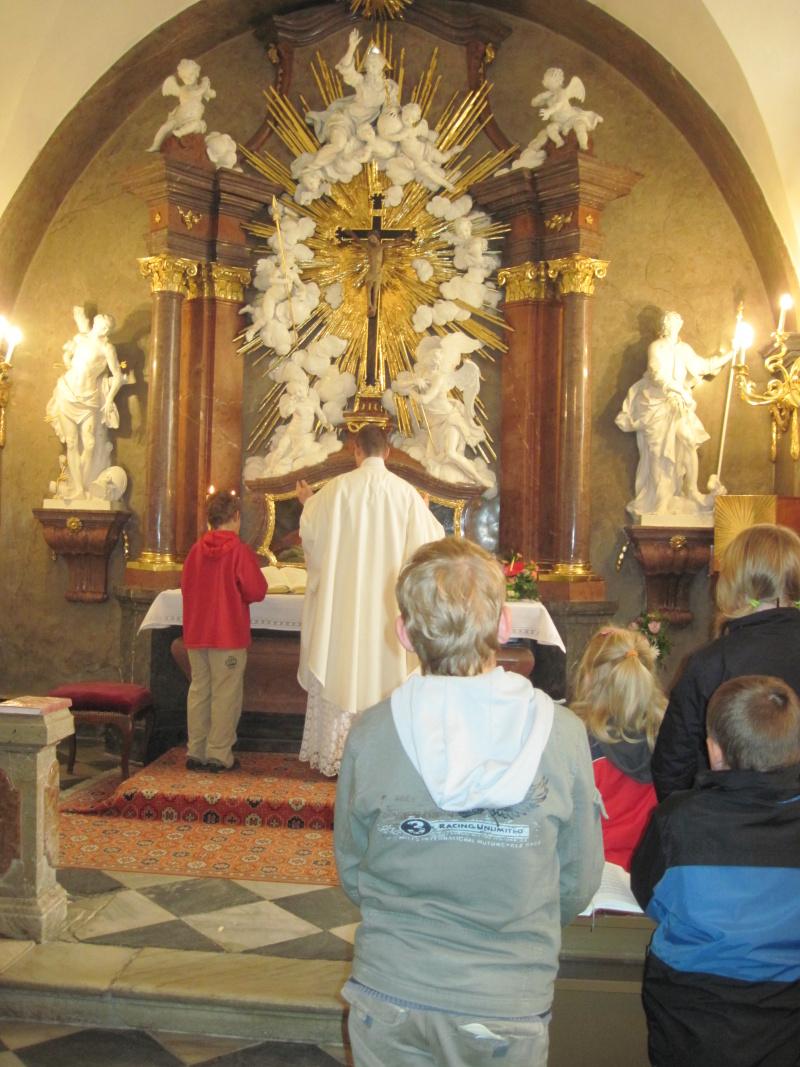 Otec Řehoř slouží mši svatou