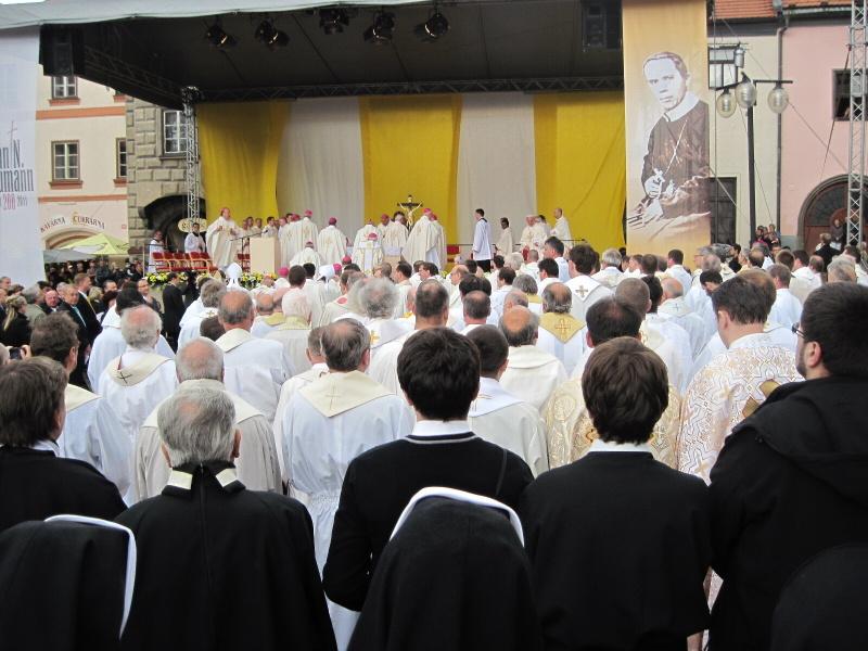 Příchod celebrantů ke slavení mše svaté
