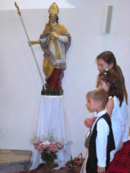 Děti poprvé přistupují k svatému přijímání