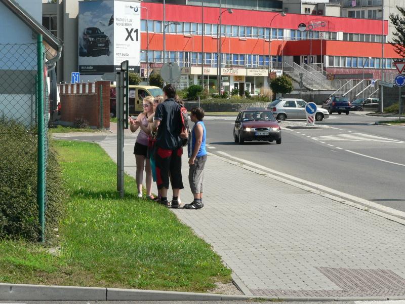 Gumítci před autobusovým nádražím zkoumají mapu
