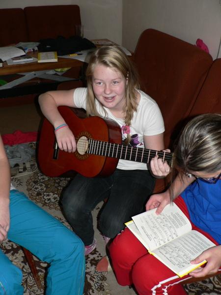 Bětka se učí na kytaru