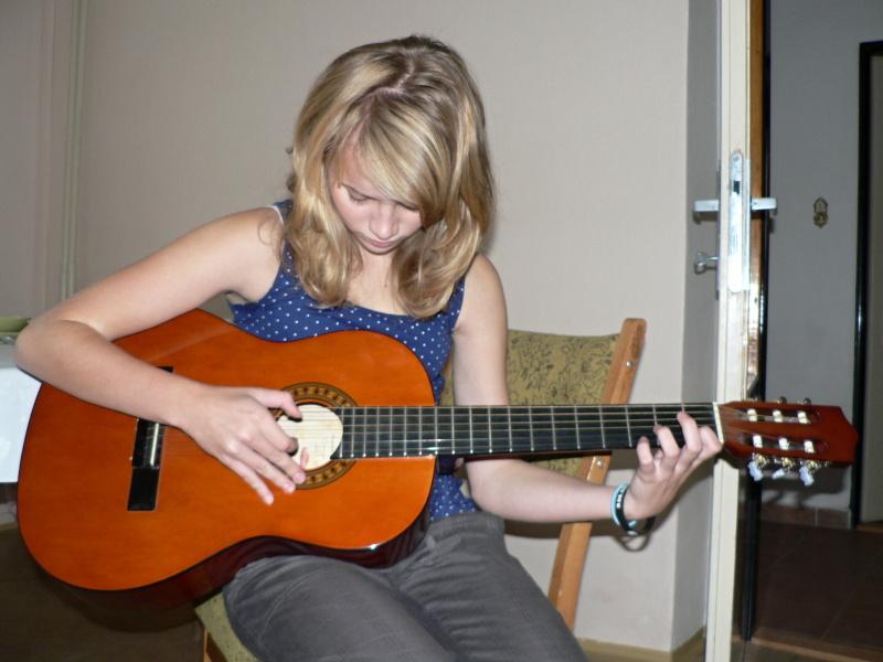 I Anička se učí na kytaru...