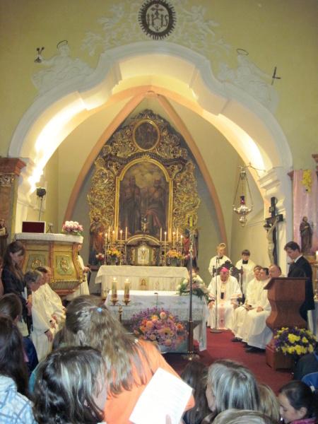Zcela zaplněný kostel mladými