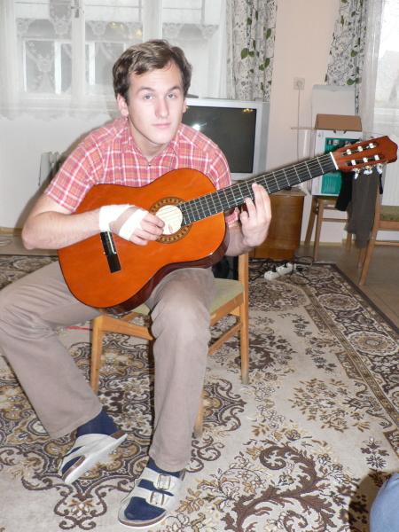 Vojta experimentuje s kytarou...