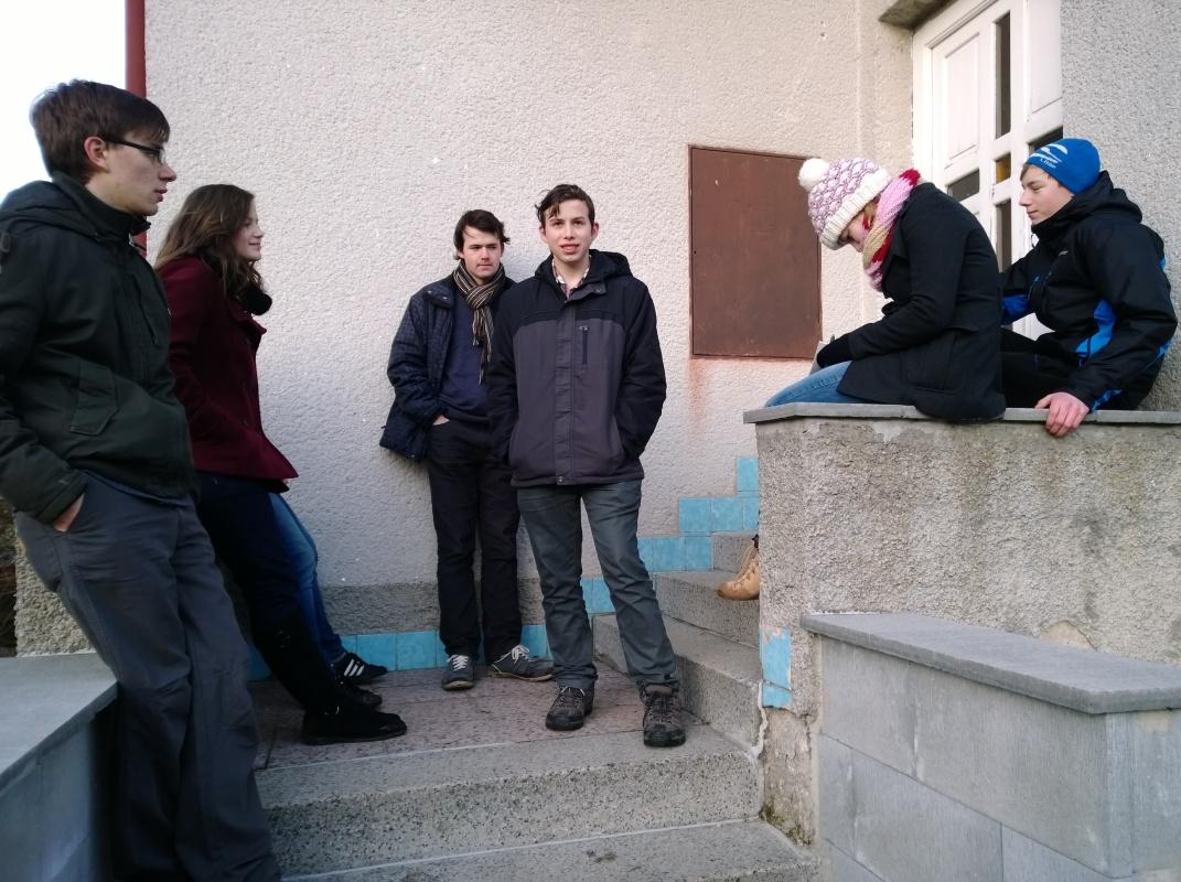 Vítězná skupina už čeká před farou