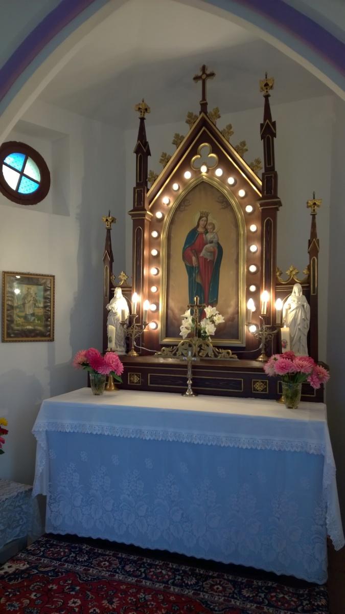 Uvnitř kapličky Růžencové Panny Marie