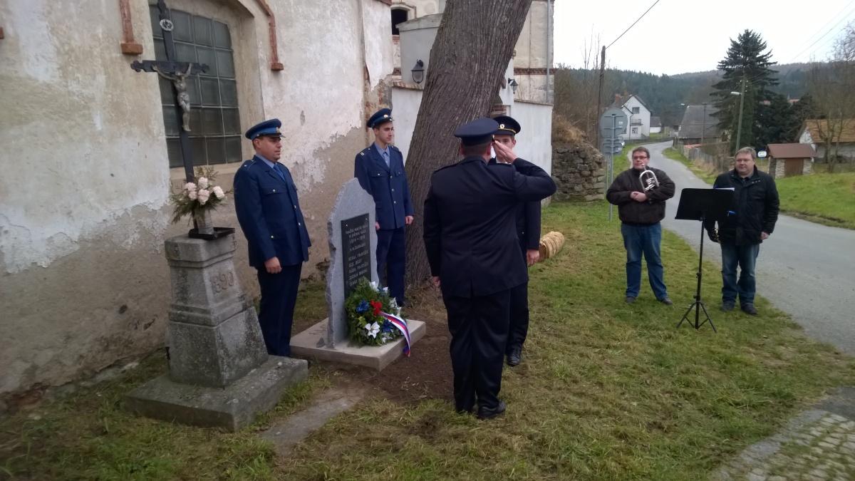 Salutování před památníkem