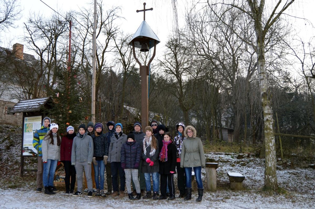 Společná fotka u řenkovské zvoničky