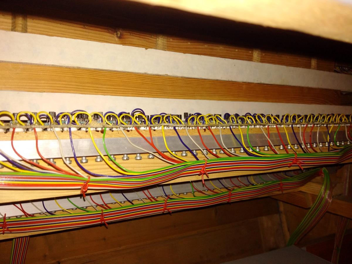Detail elektronických spínačů jednotlivých kláves