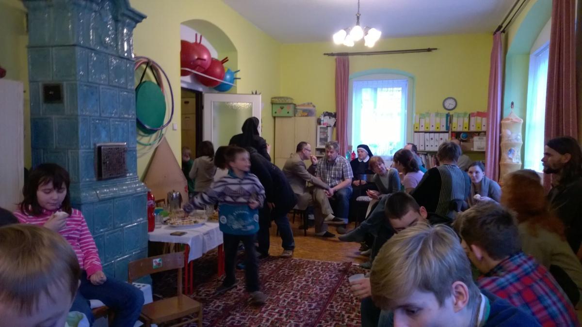 Školková třída plná hostů