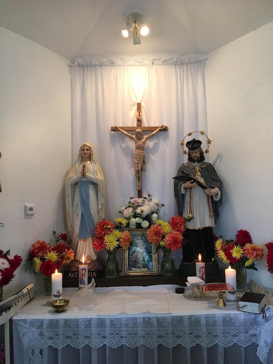 Pohled k připravenému oltáři